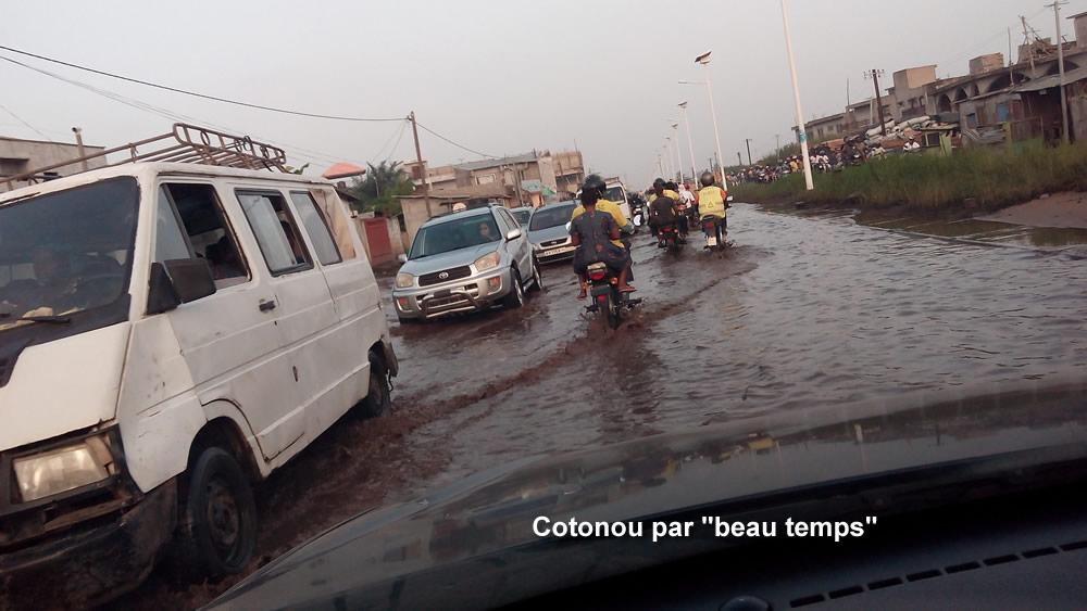 Rue de cotonou en saison pluvieuse